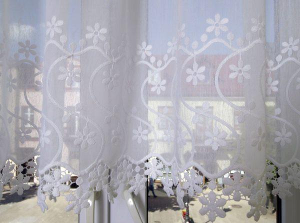 Zazdrostka haftowana na etaminie biel wysokość 55cm